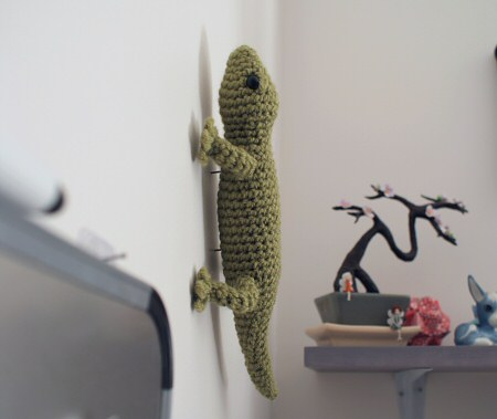amigurumi gecko climbing the wall